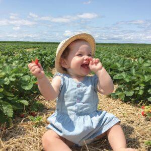 Bébé mange fruit préféré