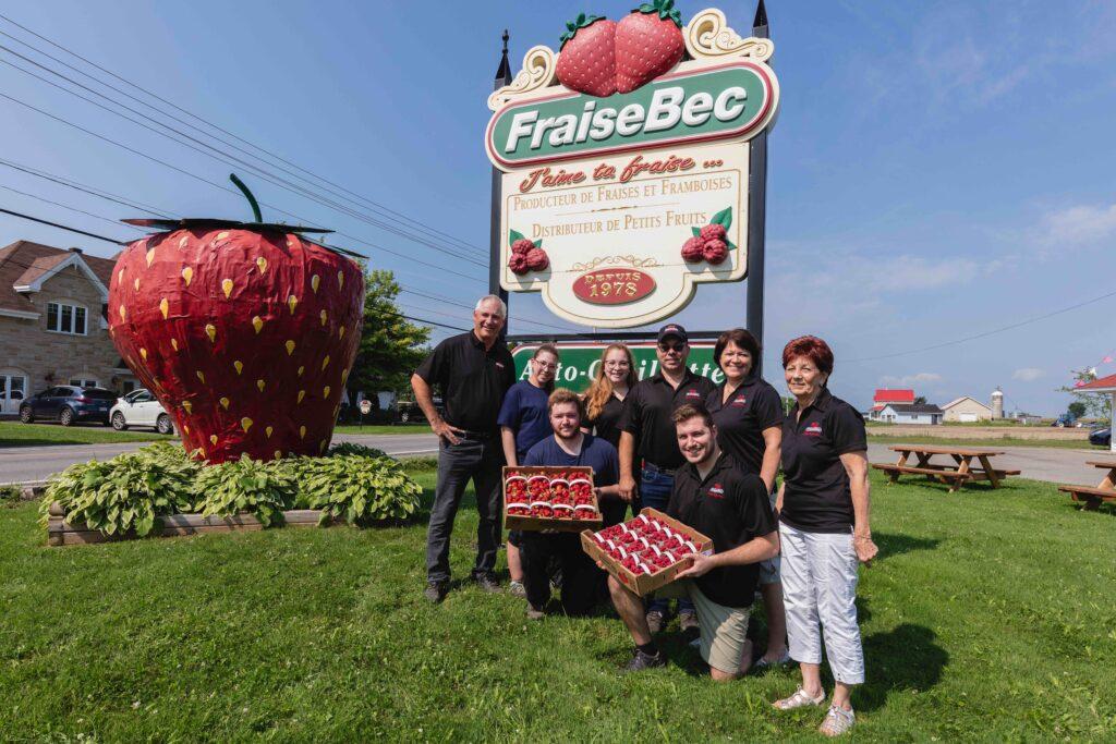 La famille FraiseBec, prête à vous recevoir pour l'autocueillette près de Montréal