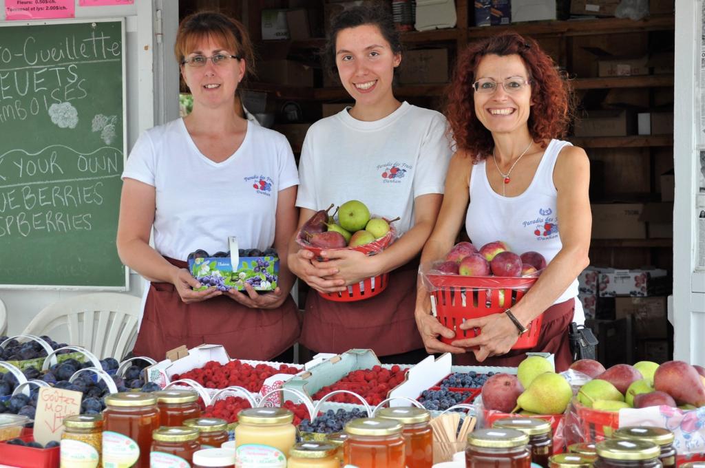 3 femmes tiennent des fruits